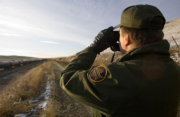 Agentes fronterizos revisan redes sociales de viajeros, según NBC