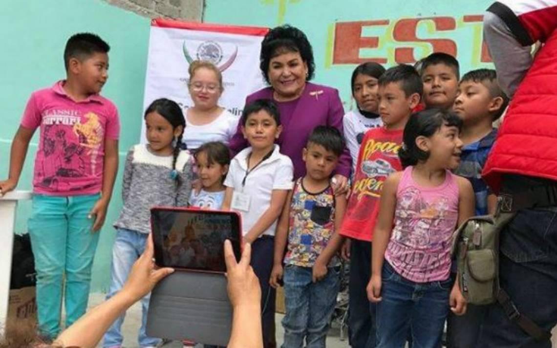 Carmen Salinas reparte mochilas y útiles escolares en la delegación Iztapalapa