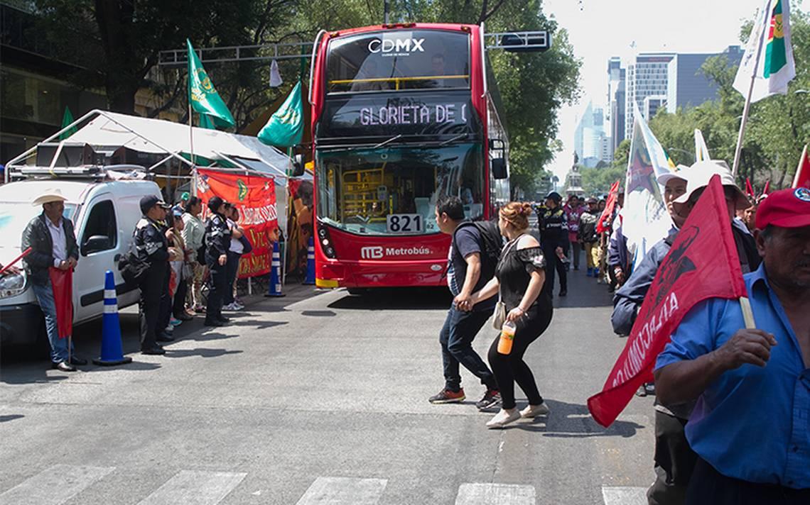 Marchas complican vialidad en Zócalo y Reforma