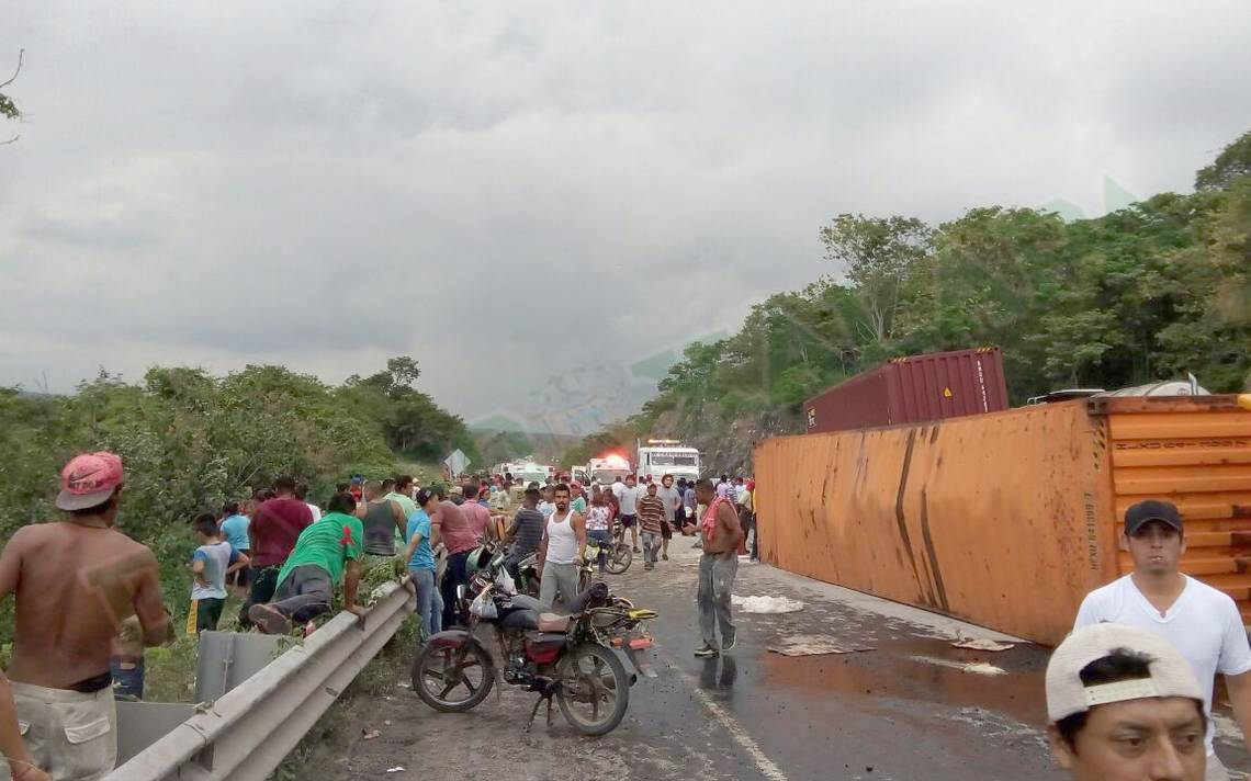 Saquean despensas tras volcadura de camión sobre carretera Córdoba-Veracruz