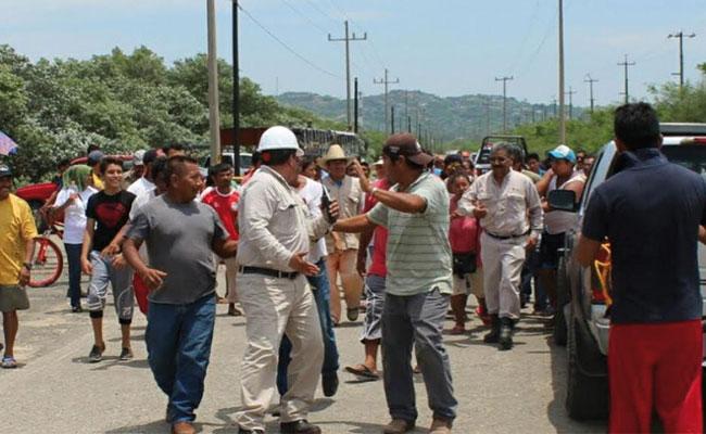 Pobladores de Salina Cruz retienen a trabajadores de Pemex