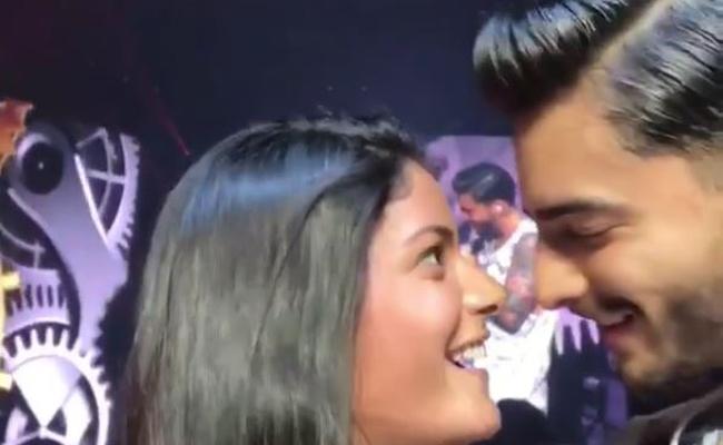 Maluma lo vuelve a hacer… ¡besa a fan en pleno concierto!