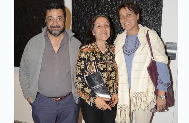 Beatriz Zamora, celebra  40 años de pintar en negro