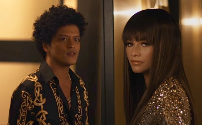 "Bruno Mars y Zendaya juntos en ""Versace on the floor"""