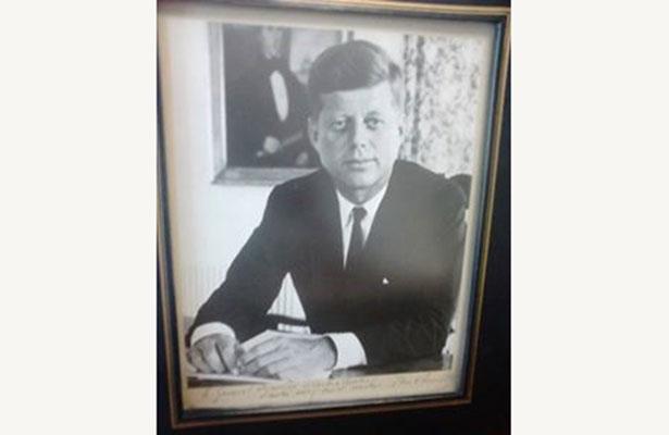 Conserva el archivo histórico de La Paz fotografía autografiada por John F. Kennedy