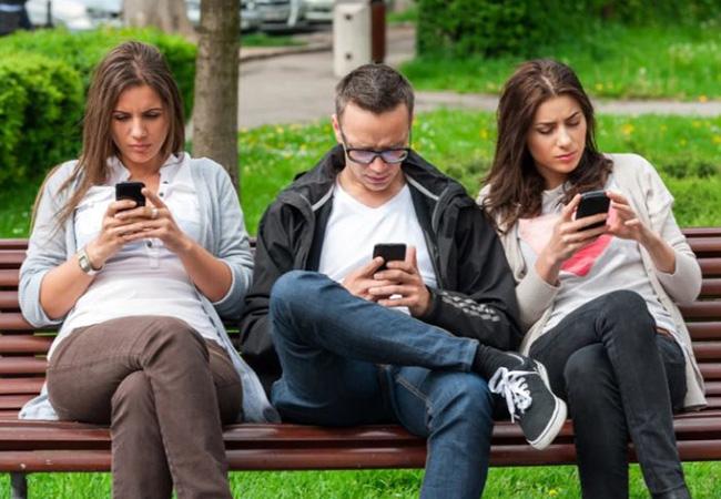 ¡Cuidado! Ser adicto al celular podría causarte graves dolores en el cuello