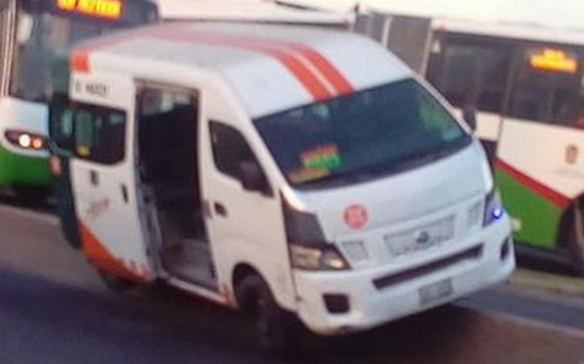 Chofer abandona camioneta con pasajeros a punto de volcarse
