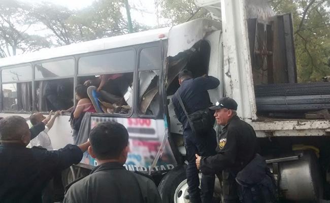 Choque contra autobuses deja 2 muertos y 35 heridos