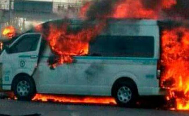 Mueren dos tras incendiarse combi en Quintana Roo