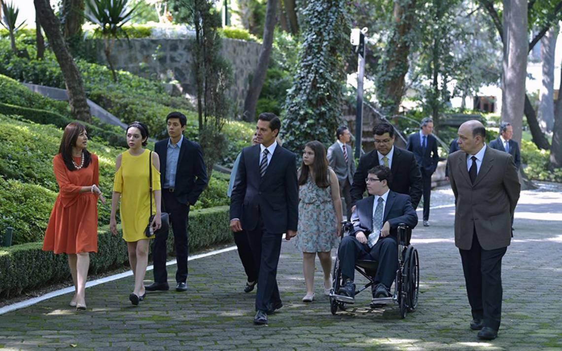 Peña Nieto se reúne con sobrevivientes del tiroteo en el Colegio Americano de Monterrey