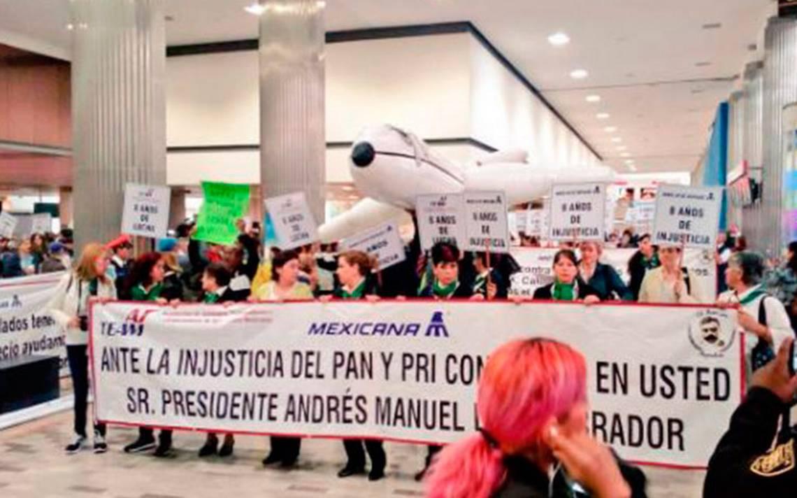 A 8 años sin solución, extrabajadores de Mexicana de Aviación protestan en el AICM