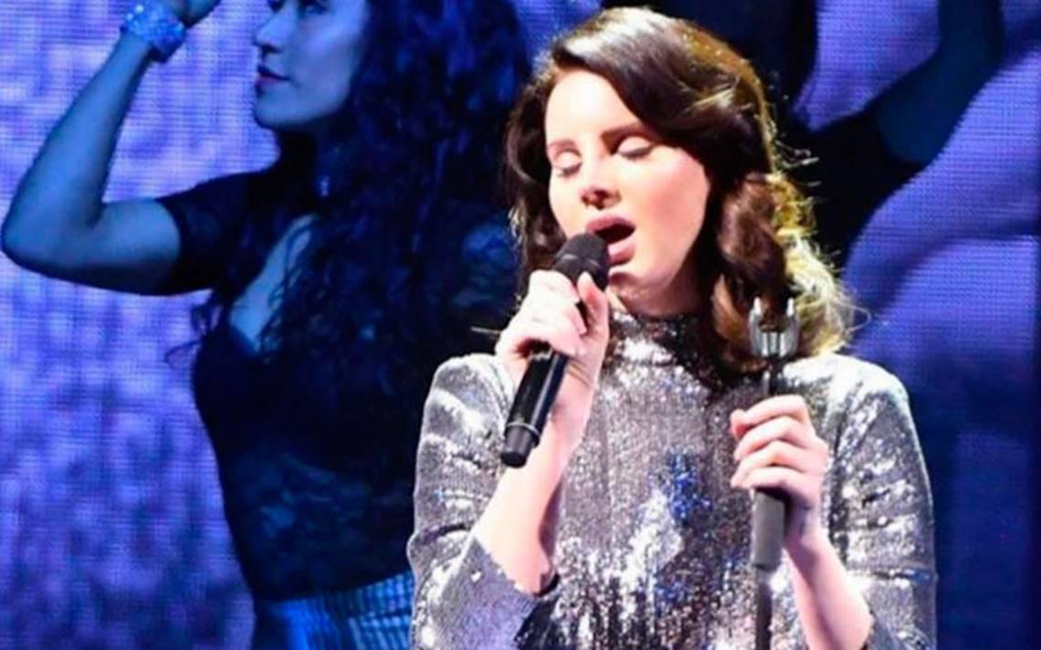 Fan enloquece y ataca a Lana Del Rey en pleno concierto