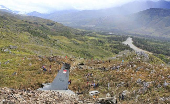 Desplome de aeronave militar indonesia deja 13 muertos
