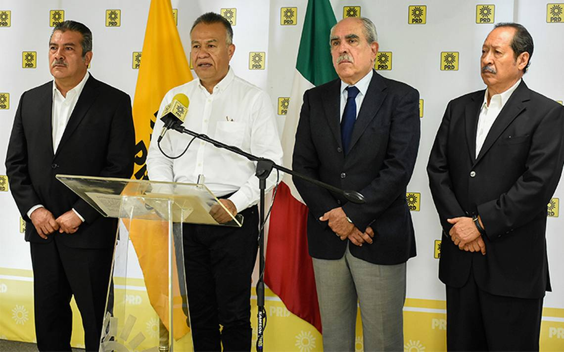 Suspenden a siete perredistas por apoyar a AMLO