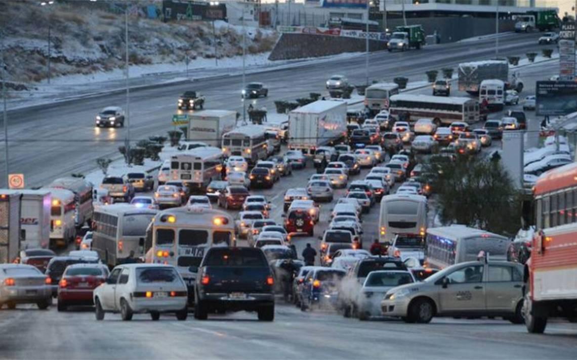 Suspenden vuelos y cierran carreteras por nevadas en Chihuahua