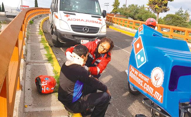 Lo más triste, joven Pizzero cae de su moto en primer día de trabajo