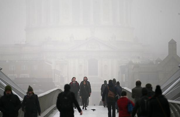 La niebla obliga a anular un centenar de vuelos en aeropuerto de Londres