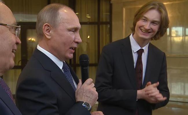Sorprende Vladimir Putin al cantar con universitarios rusos