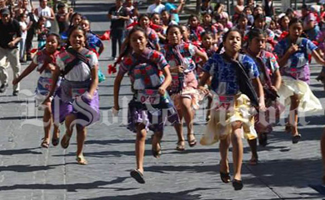 Niñas, mujeres y abuelitas corren con trajes típicos en la Carrera de la Tortilla