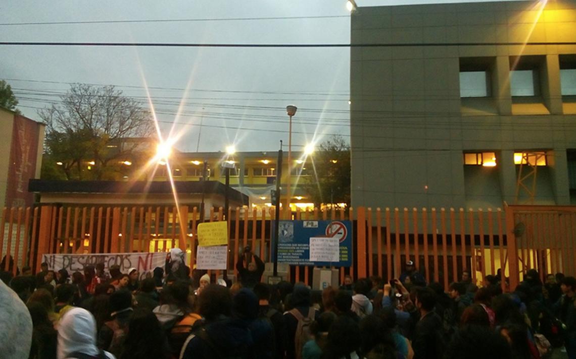Alumnos cierran Prepa 8 y exigen esclarecer el caso de Marco Antonio