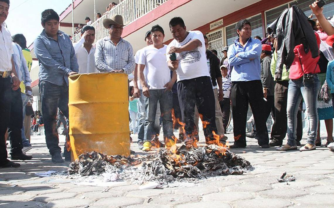 Queman boletas electorales en Puebla resguardadas en el IEE