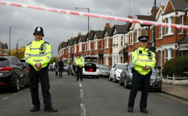 Auto embiste a grupo de jóvenes en Londres; hay un muerto y seis heridos