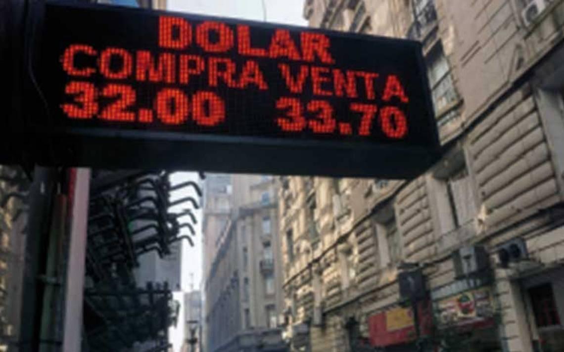 Peso argentino sufre devaluación récord por crisis económica