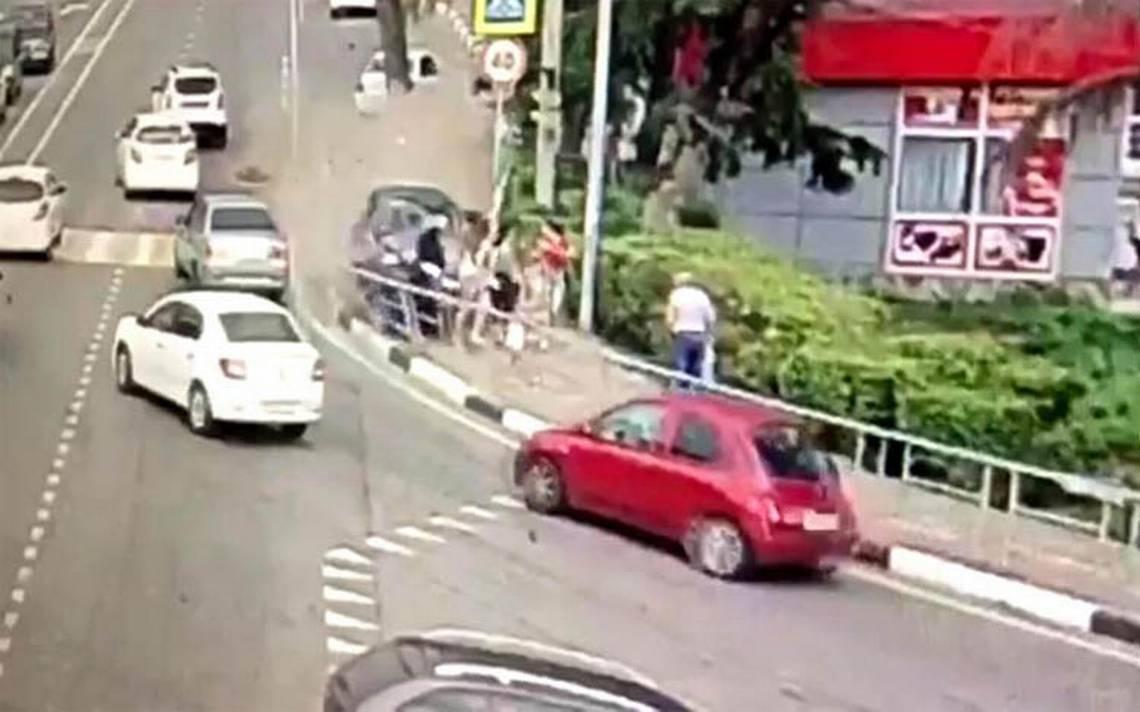 [Video] Auto embiste a peatones en Sochi; habría un muerto