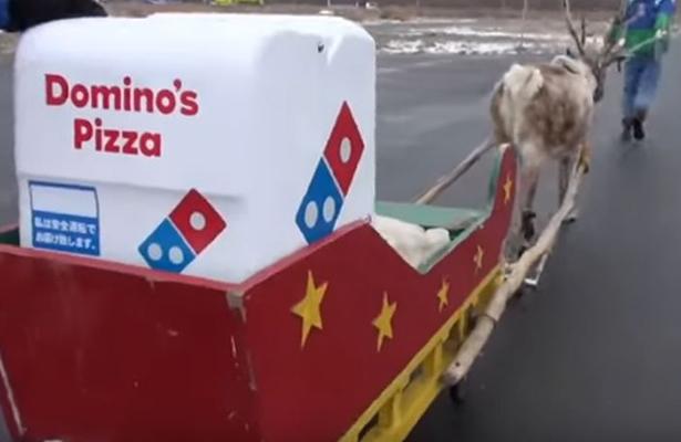Cambian motocicletas por renos para entregar pizzas en Japón
