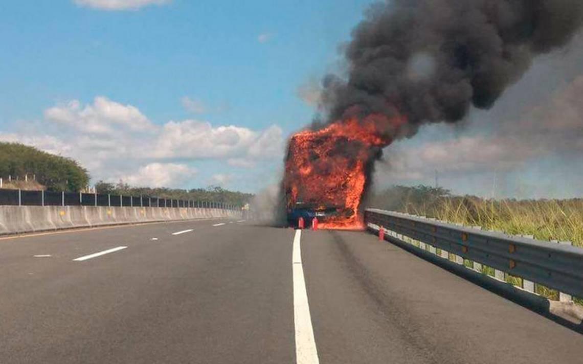 Pasajeros se salvan de morir tras incendiarse autobús en autopista de Xalapa