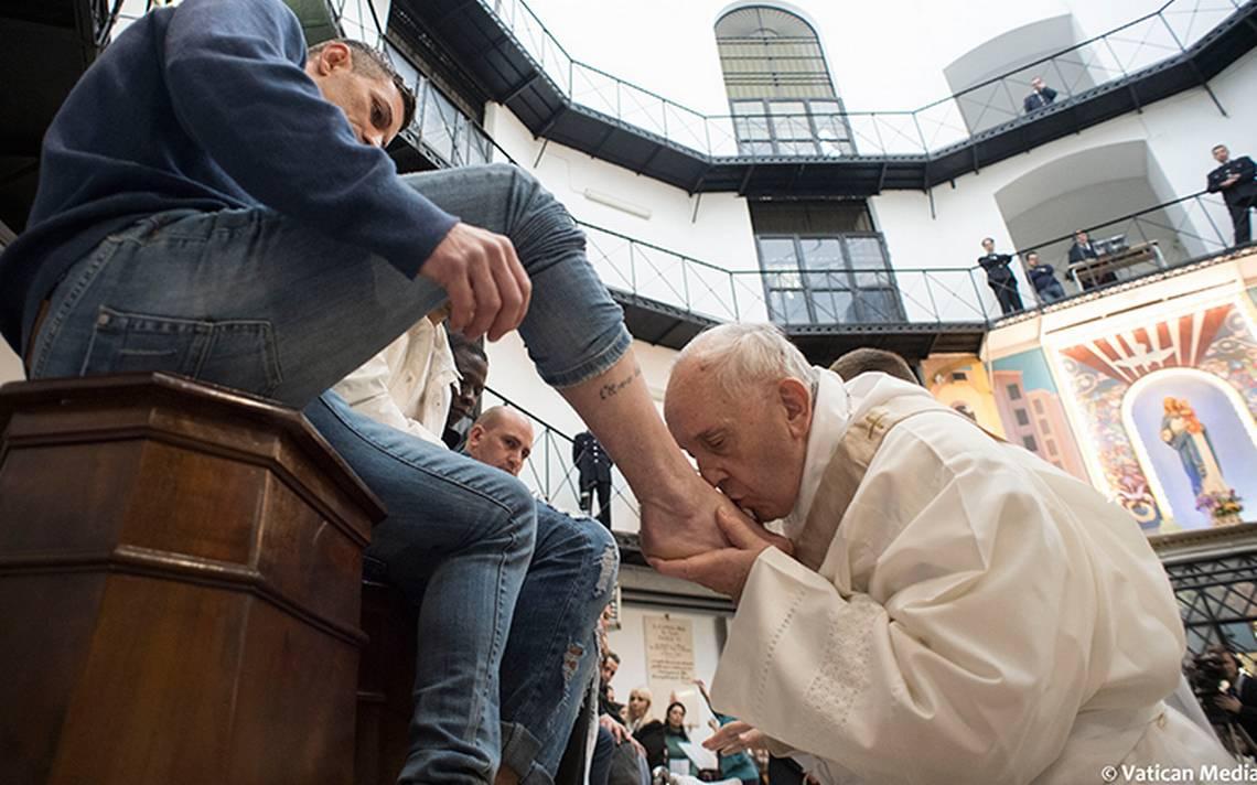 Papa celebra Jueves Santo: lava los pies de 12 presos, cuatro de ellos no católicos