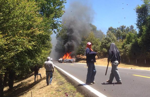 Comuneros michoacanos se enfrentan a la policía y queman vehículos