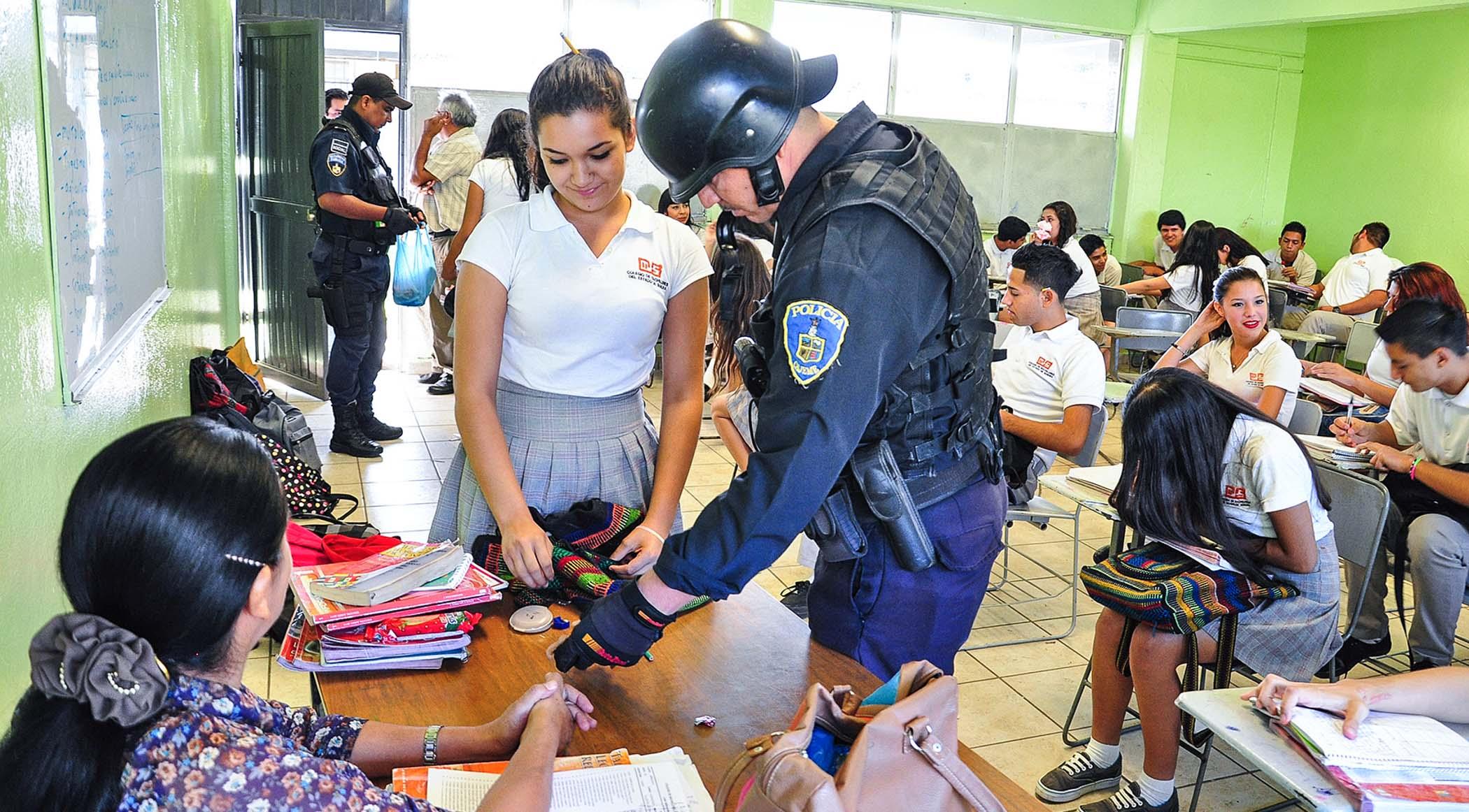 Revisión de mochilas no compete a los docentes: Sitet
