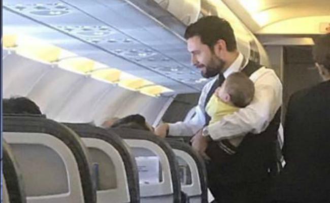 Hombre sobrecargo conmueve en redes por cuidar bebés en pleno vuelo