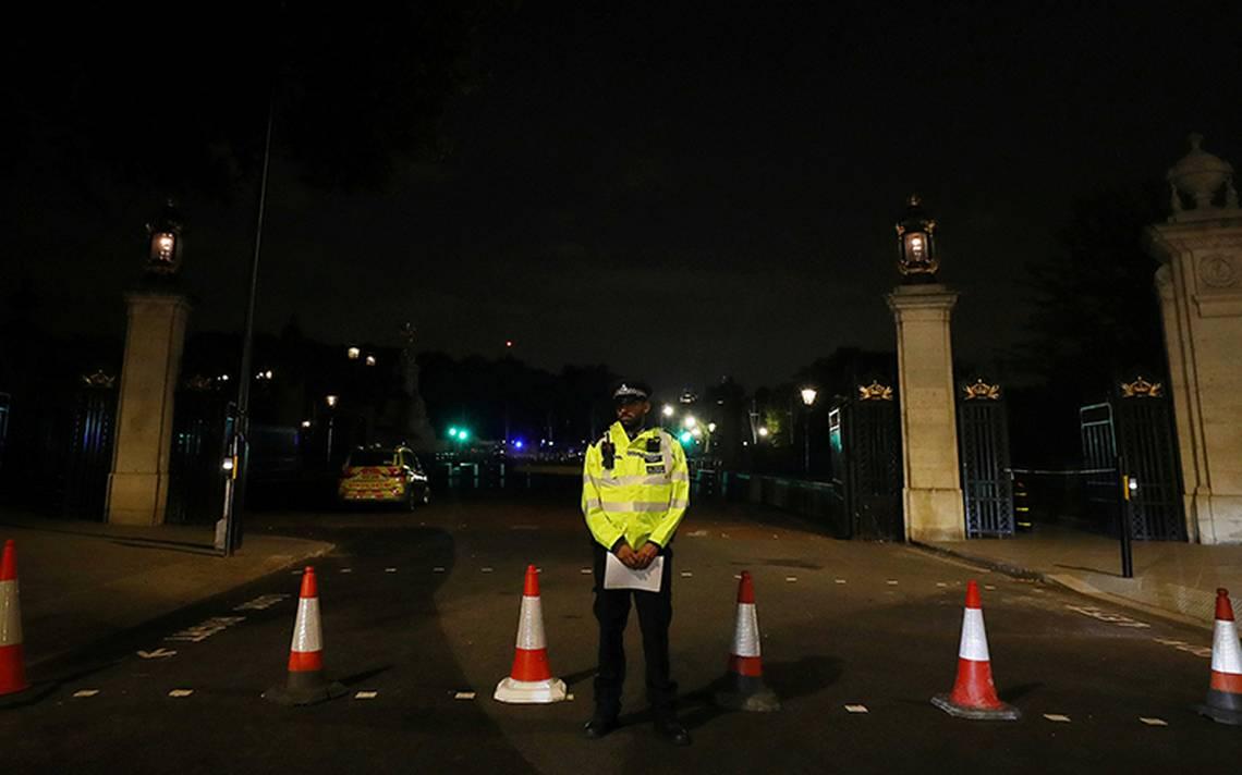 Detienen a un hombre tras atacar a policías frente a Palacio de Buckingham