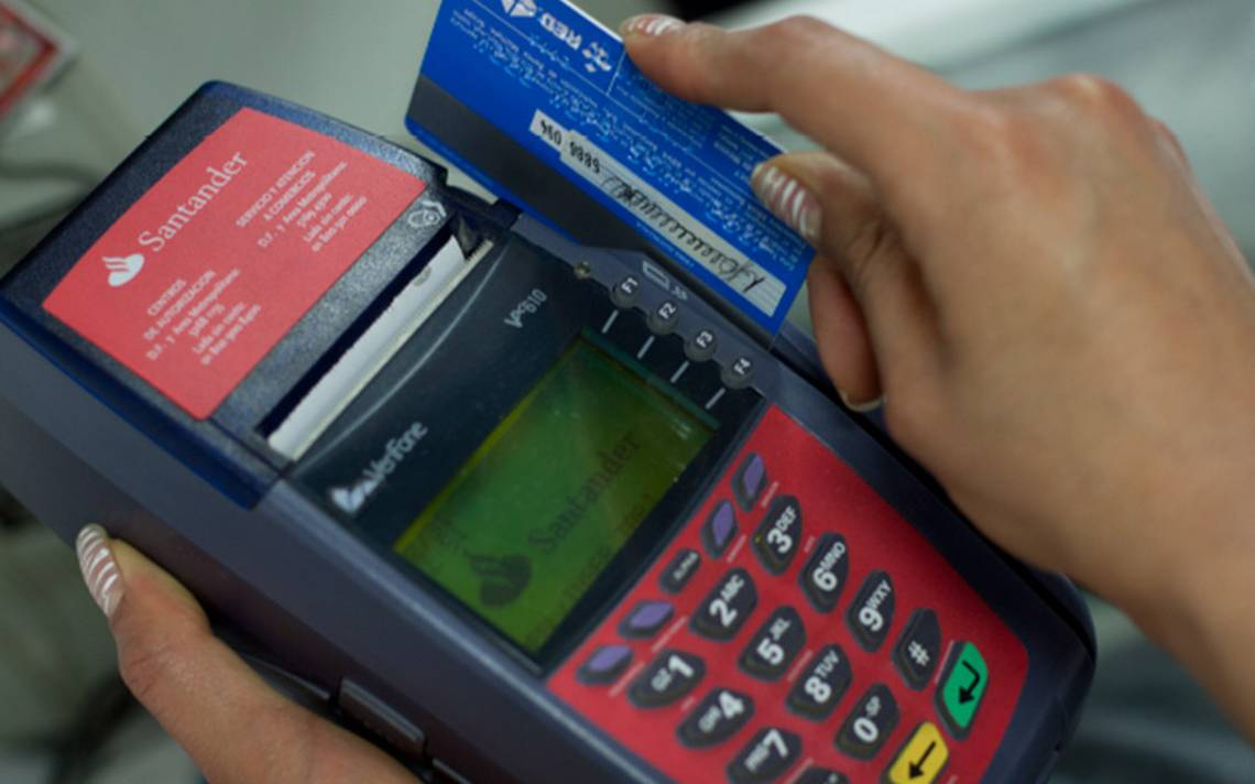 Mexicanos recurren al tarjetazo para comprar comida: Banxico