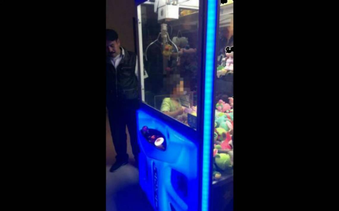Insólito. Niño queda atrapado en una máquina de muñecos