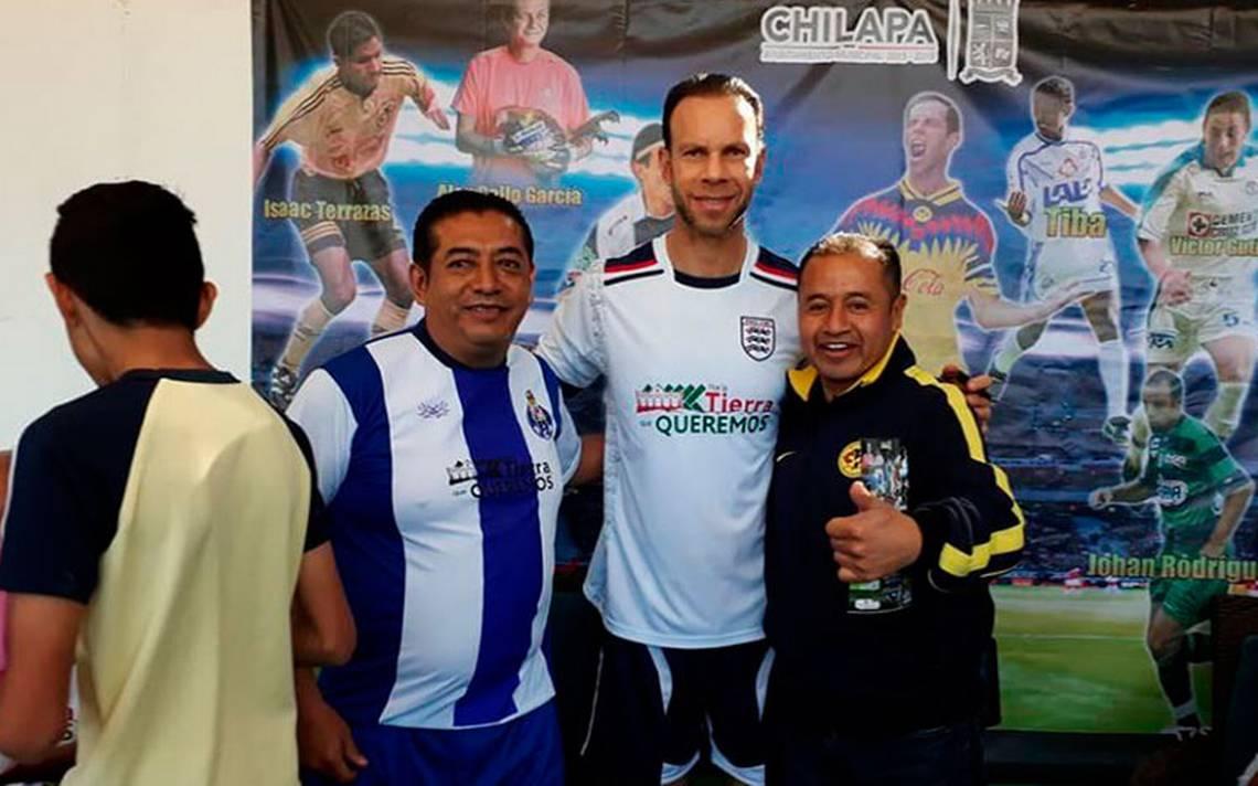 Zague y otras leyendas del futbol juegan 'cascarita' en el violento Chilapa