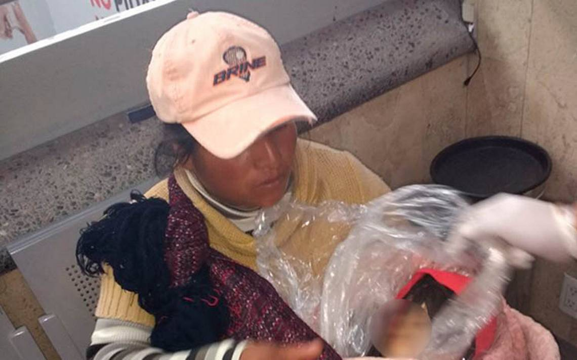 Tragedia: Madre traslada en autobús el cuerpo de su hijo envuelto en plástico