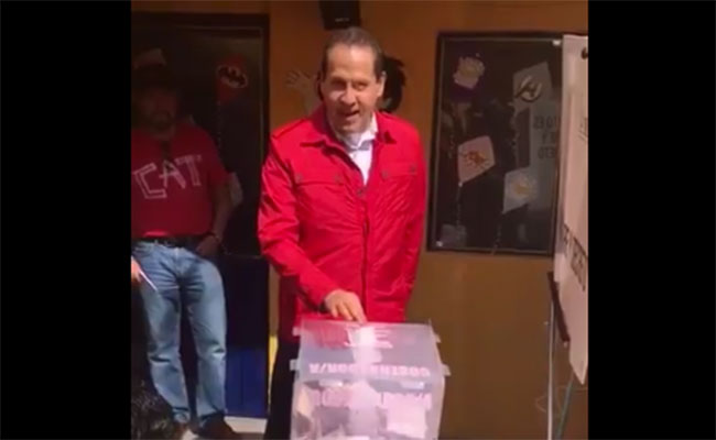 Gobernador del Estado de México, Eruviel Ávila, acude a emitir su voto