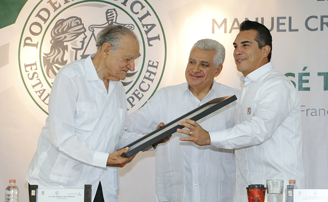 Entregan en Campeche reconocimiento a jurista destacado