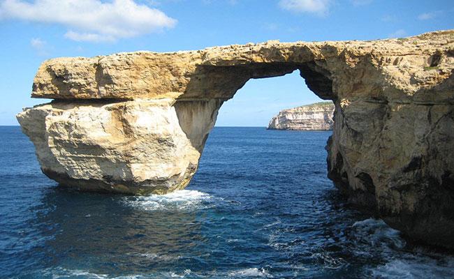 Consternación por el derrumbe de la icónica Ventana Azul de Malta