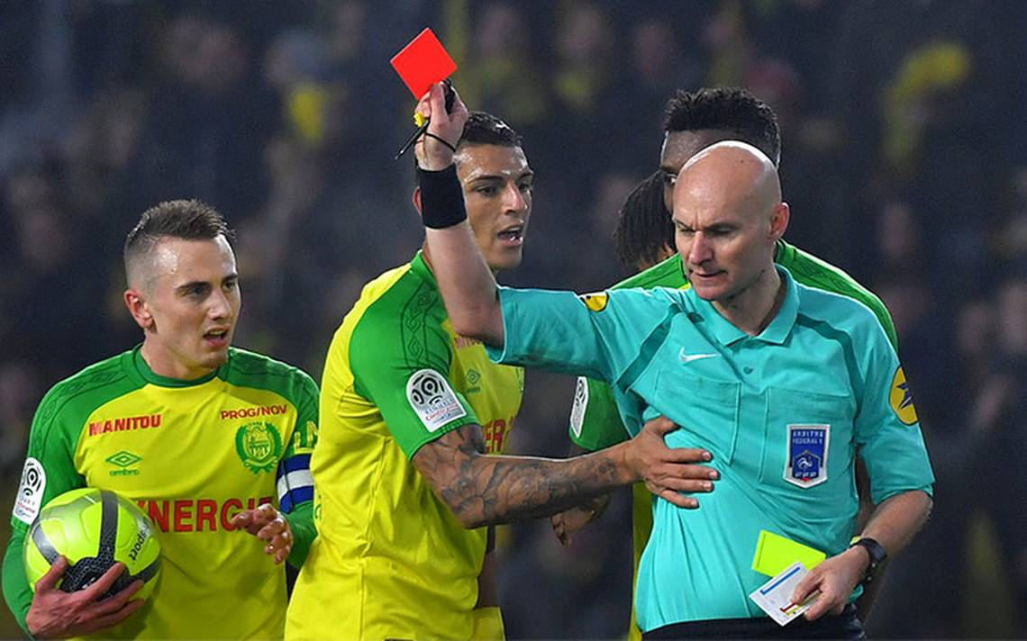 ¡Tarjeta roja! Suspenden al árbitro francés que pateó a un jugador