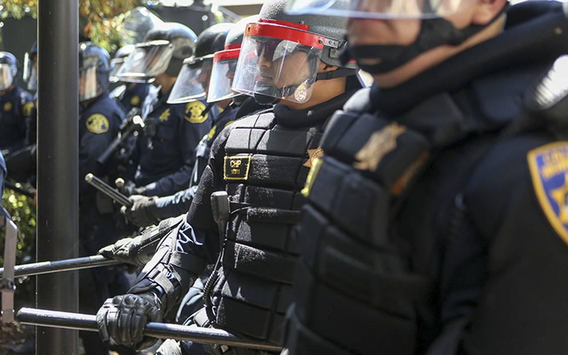 Trump recupera programa que permite a policías usar armamento de alto poder