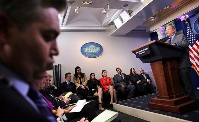 Portavoz de la Casa Blanca regaña duramente a los medios
