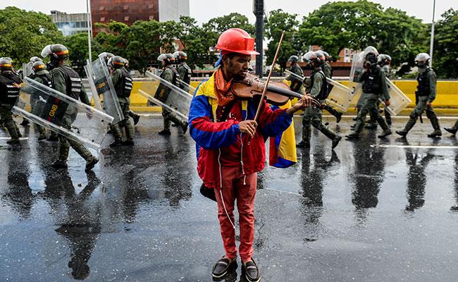 Violinista de las barricadas, símbolo de lucha de la oposición contra Maduro
