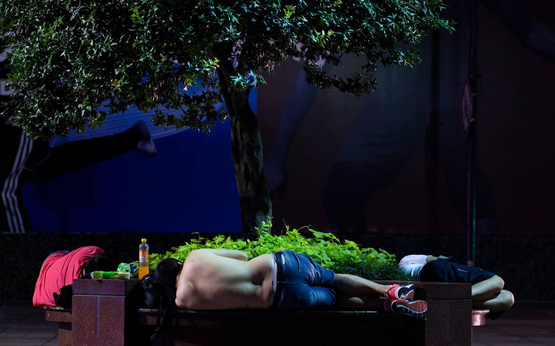 Calor asfixiante en China provoca que salgan a dormir ¡en la calle!