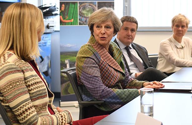 """May propone una nueva """"estrategia industrial"""" para afrontar el Brexit"""
