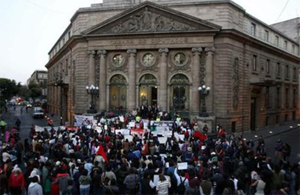 Cerrada la vialidad en Donceles y Allende por marcha