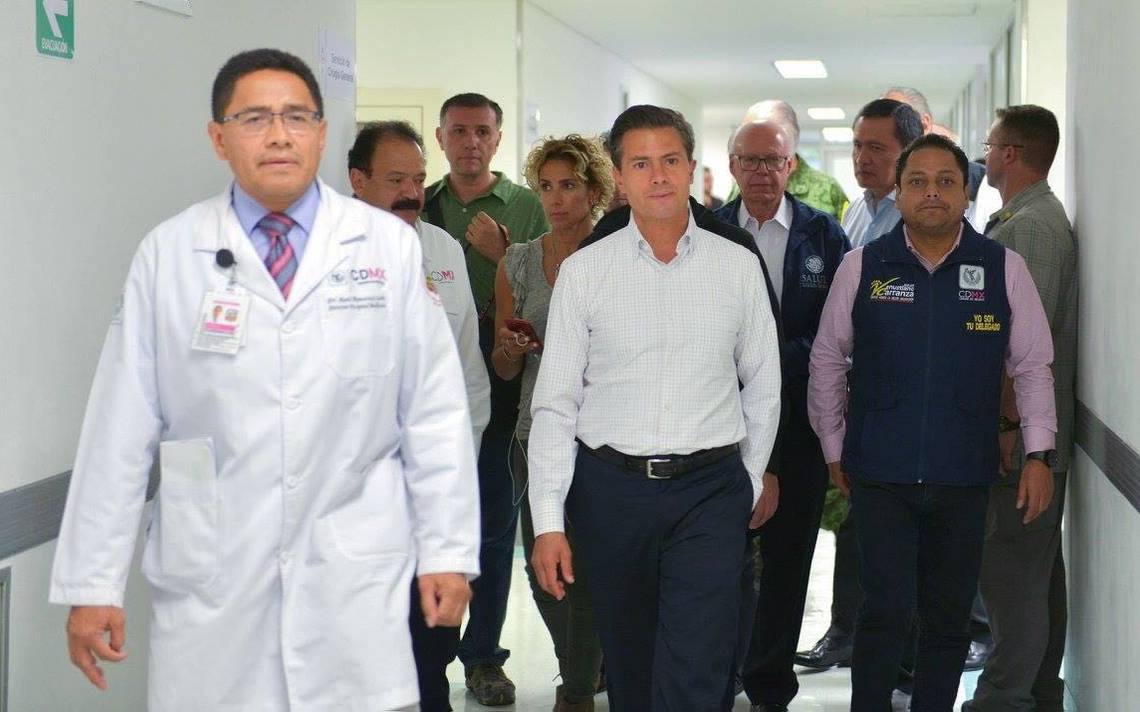 Peña Nieto visita a sobrevivientes de terremoto en el hospital Balbuena